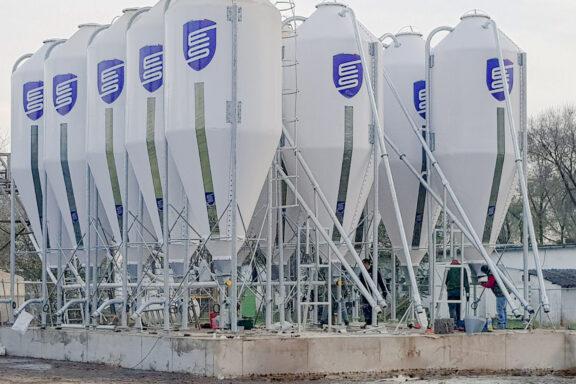 Вертикальные аккумуляторные силосы для хранения кормов для свиней